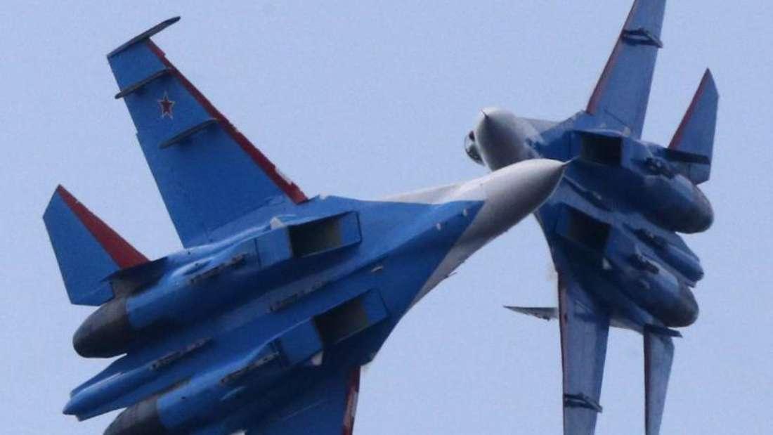 Gewagte Manöver:Russische SU-27-Kampfjets bei einer Flugshow.