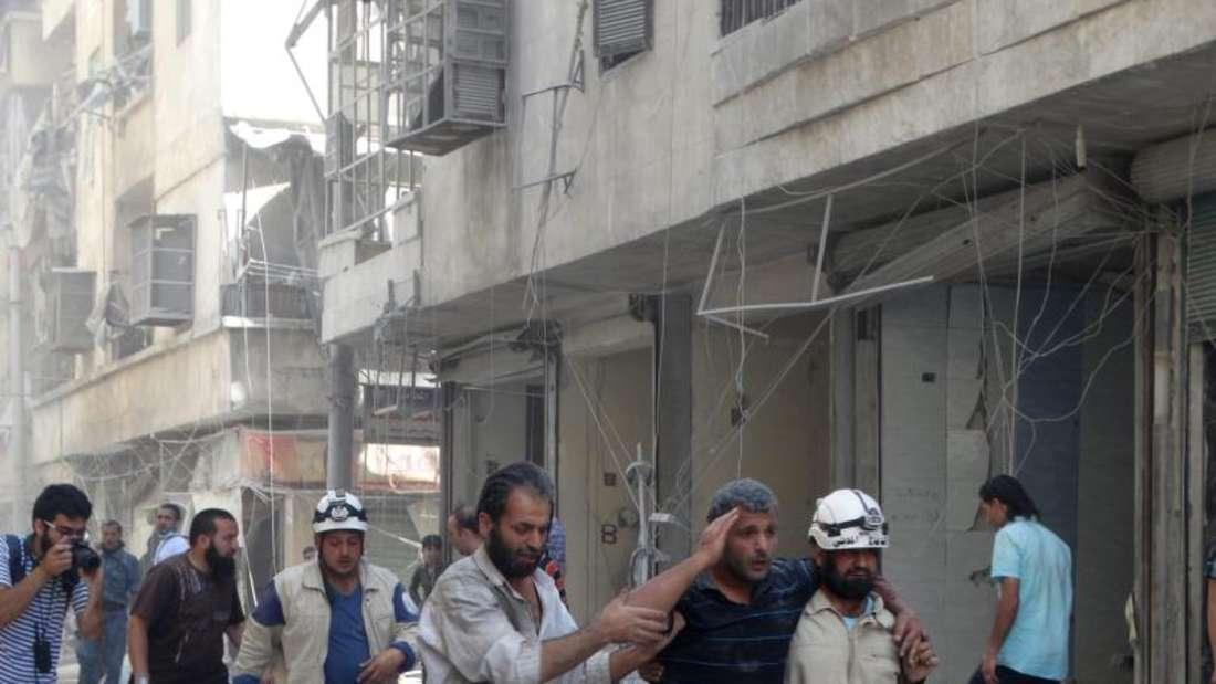 Nach dem Luftangriff auf Aleppo:Überlebende in dem vonRebellen gehaltenen Stadtteil Bustan Al Qasr. Wegen der zunehmende Gewalt im Bürgerkrieg hatte die Opposition die Friedensgespräche in Genf Ende vergangener Woche verlassen. Foto:Zouhir Al Shimale