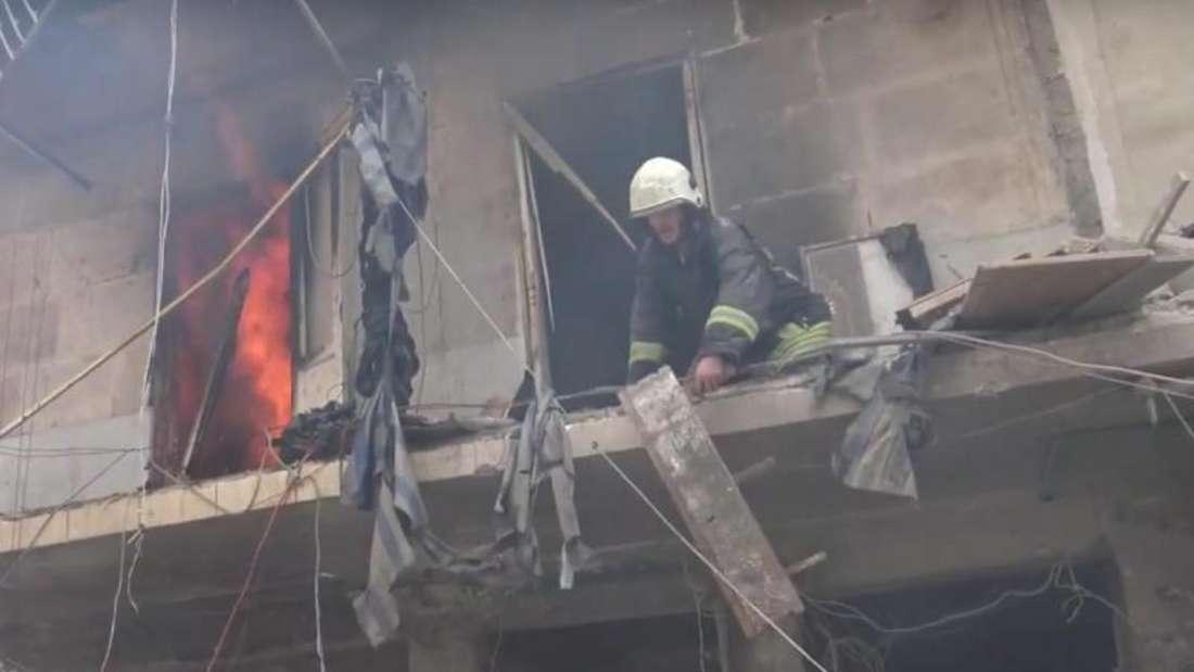 Rettungskräfte versuchen Opfer unter den Trümmern zu bergen. Bei den Luftangriffen auf Aleppo wurde auch ein Krankenhaus schwer getroffen. Foto: Hadi Alabdallah