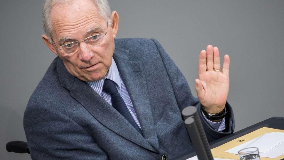 Finanzminister Wolfgang Schäuble regen übertriebene Bonus-Zahlungen auf.