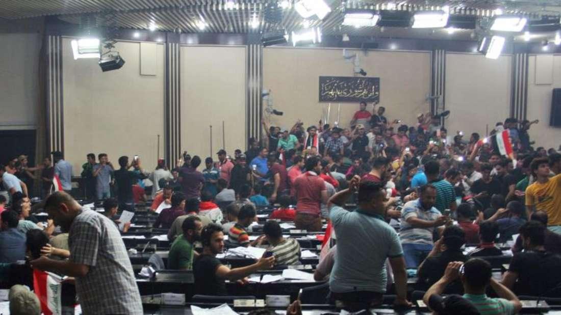 Die Demonstranten protestierten gegen die Verschiebung einer Abstimmung im Parlament. Foto:Ahmed Jalil