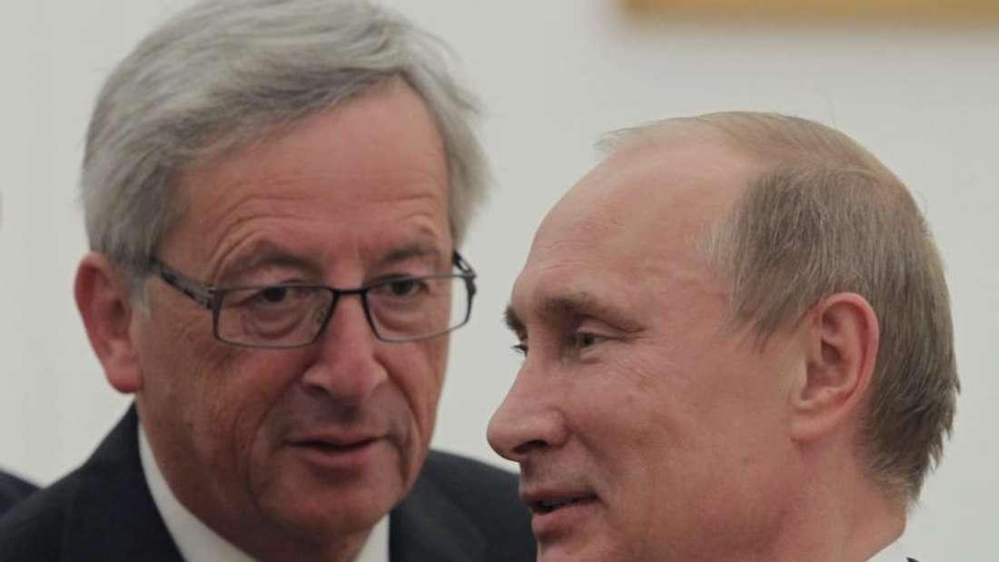 EU-Kommissionschef Jean-Claude Juncker will zum Wirtschaftsforum nach St. Petersburg reisen und dort Russlands Präsidenten Wladimir Putin treffen. Hier sind die beiden in 2012 in Moskau zu sehen. Foto: Yuri Kochetkov/Archiv