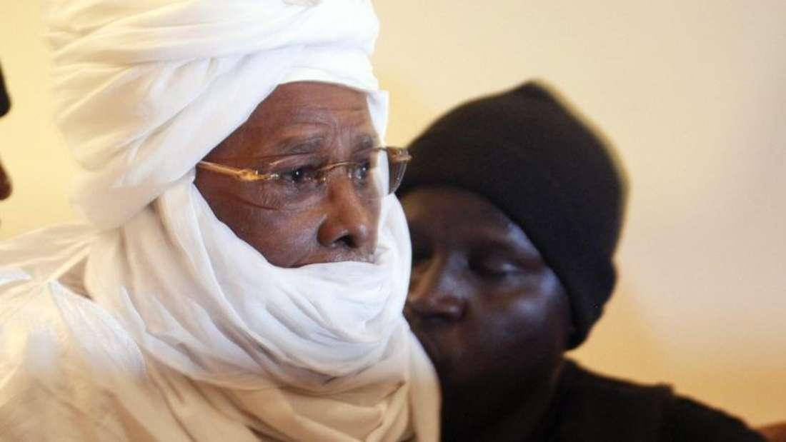 Tschads Ex-Diktator Hissène Habré muss lebenslang in Haft. Er wurde von einem Sondertribunal wegen Verbrechen gegen die Menschlichkeit, Kriegsverbrechen, Folter, Mordes und Zwangsprostitution für schuldig befunden. Foto: Stringer.