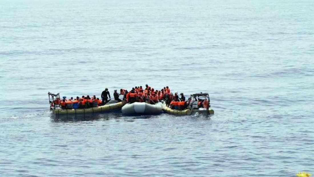 Flüchtlinge im Meer vor der italienischen Insel Sizilien. Nach Angaben des UNHCR erreichten bis zum 29. Mai insgesamt 46714 Flüchtlinge Italien über das Mittelmeer. Foto: Us Marina Militare