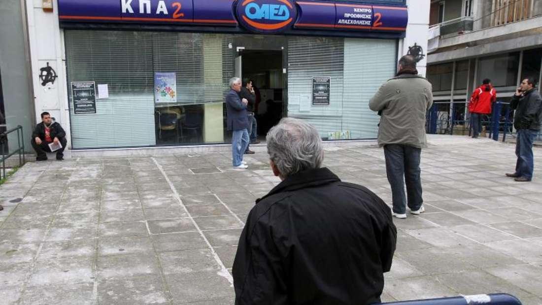 Arbeitlose warten vor einem Arbeitsamt in Athen, Griechenland. Foto: Orestis Panagiotou/Archiv