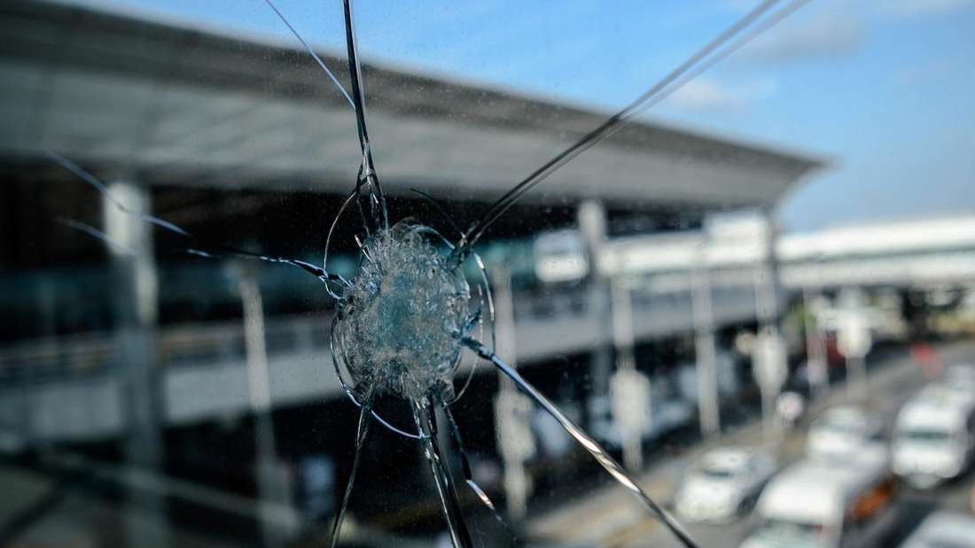 Einschusslöcher zeugen von den Ereignissen am Istanbuler Flughafen am Dienstag. Wer diese Kugel abgefeuert hat, ist noch unklar.