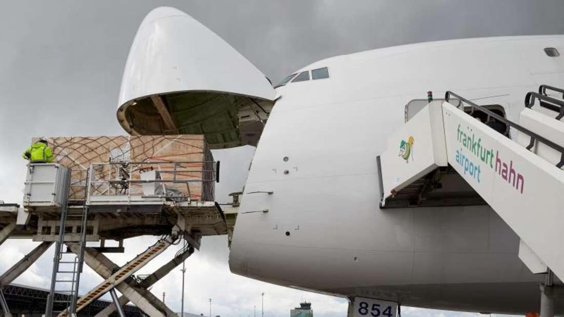 Eine Frachtmaschine wird auf dem Flughafen Frankfurt-Hahn beladen. Foto: Thomas Frey/Archiv