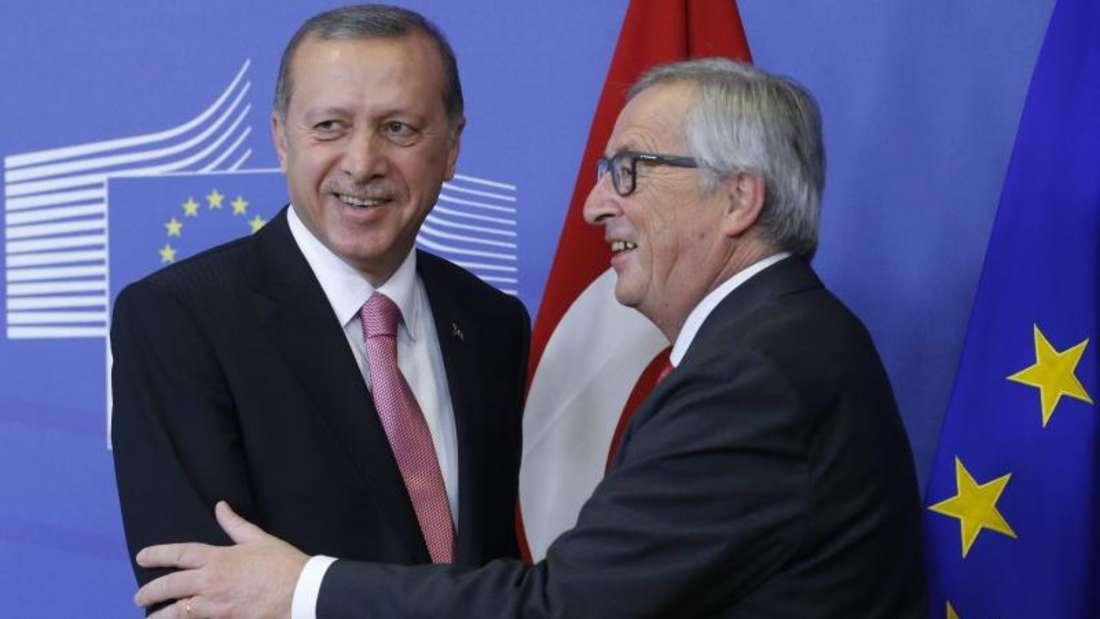 EU-Kommissionspräsident Jean-Claude Juncker (r.) begrüßt den türkischen Präsidenten Recep Tayyip Erdogan in Brüssel. Foto:Olivier Hoslet/Archiv