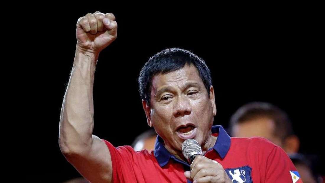 Der umstrittene Wahlsieger der philippinischen Präsidentenwahl, Rodrigo Duterte, tritt jetzt offiziell sein Amt an.