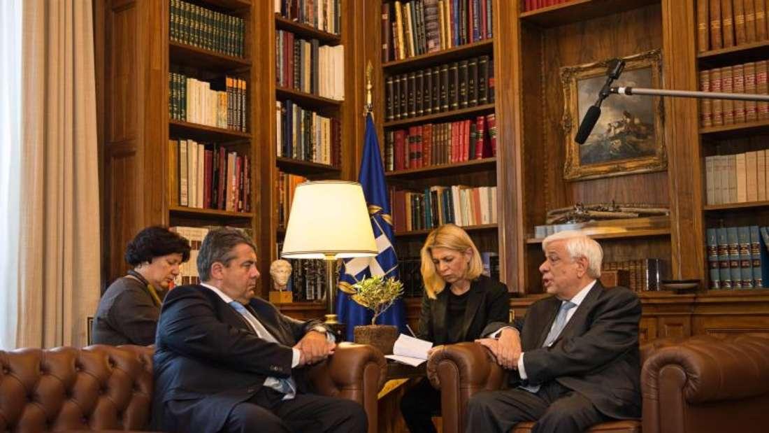 Wirtschaftsminister Gabriel (l) spricht in Athen mit dem griechischen Präsidenten Pavlopoulos. Foto: Wolfram Kastl