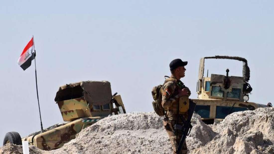 Ein irakischer Soldat vor den Toren Falludschas: Mit Unterstützung des US-Militärs hatte die irakische Armee die Stadt jüngst vollständig eingenommen. Foto: Nawras Aamer/Archiv