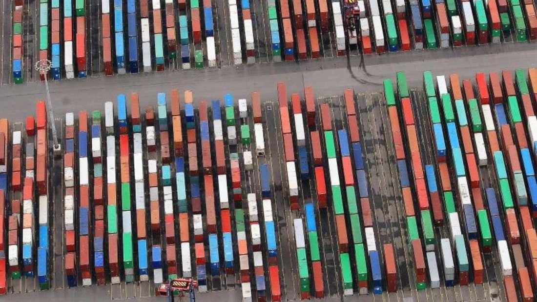 Container im Hamburger Hafen: Für 2017 senkt der Internationale Währungsfonds (IWF) die Konjunkturprognose für Deutschland leicht nach unten. Foto: Christian Charisius/Archiv