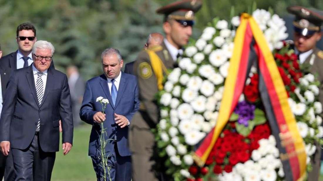 Außenminister Steinmeier (M) während der Kranzniederlegung an der Gedenkstätte Tsitsernakaberd in Jerewan. Foto: Jan Woitas