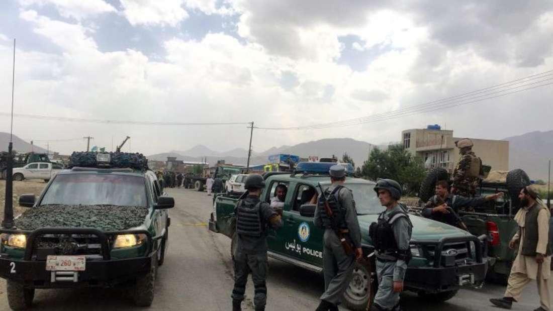 Polizei sichert den Tatort. Fahrzeuge von Polizei, Militär und Regierung werden landesweit mittlerweile fast täglich angegriffen. Foto: Hedayatullah Amid