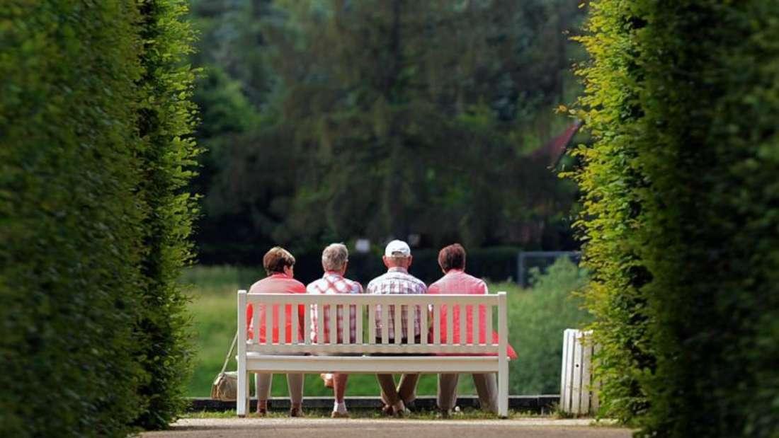 Können sich ab 1. Juli auf mehr Geld freuen. Rentnerinnen sitzen auf einer Parkbank im Schlosspark Pillnitz. Foto: Arno Burgi