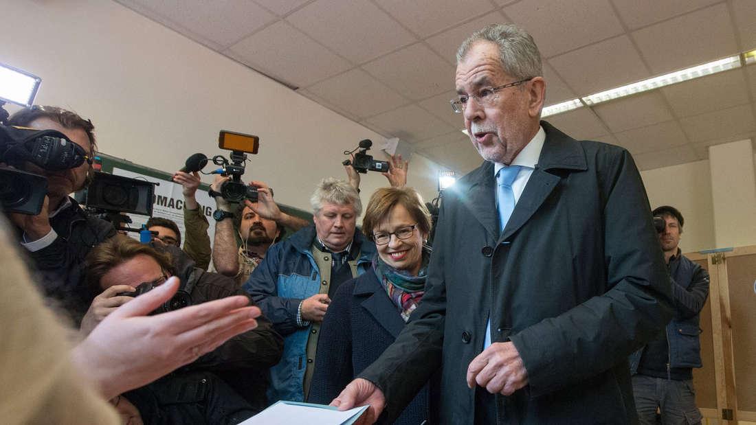 Präsidentschaftskandidat Van der Bellen bei der Stimmenabgabe im Mai: Bilder wie dieses wird es bei der Wahlwiederholung am 2. Oktober nicht mehr geben.