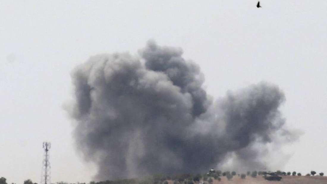 Während eines Militäreinsatzes in Syrien steigt die Rauchwolke einer Explosion auf. Foto: Sedat Suna/Symbolbild