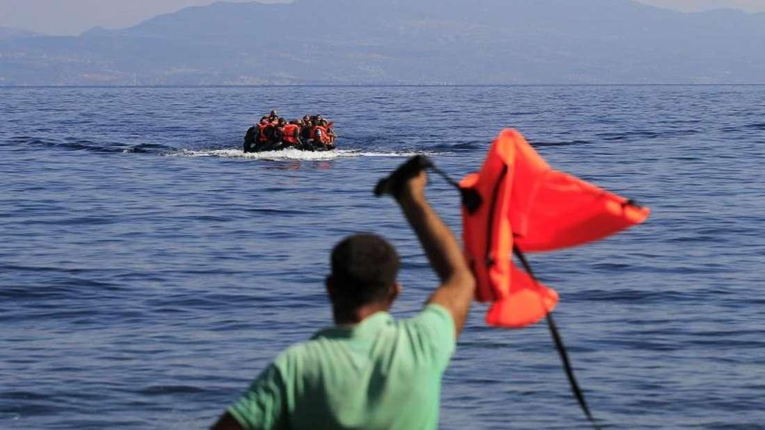 Ein Boot mit Flüchtlingen vor der Küste der griechischen Insel Lesbos. Foto: Orestis Panagiotou/Archiv
