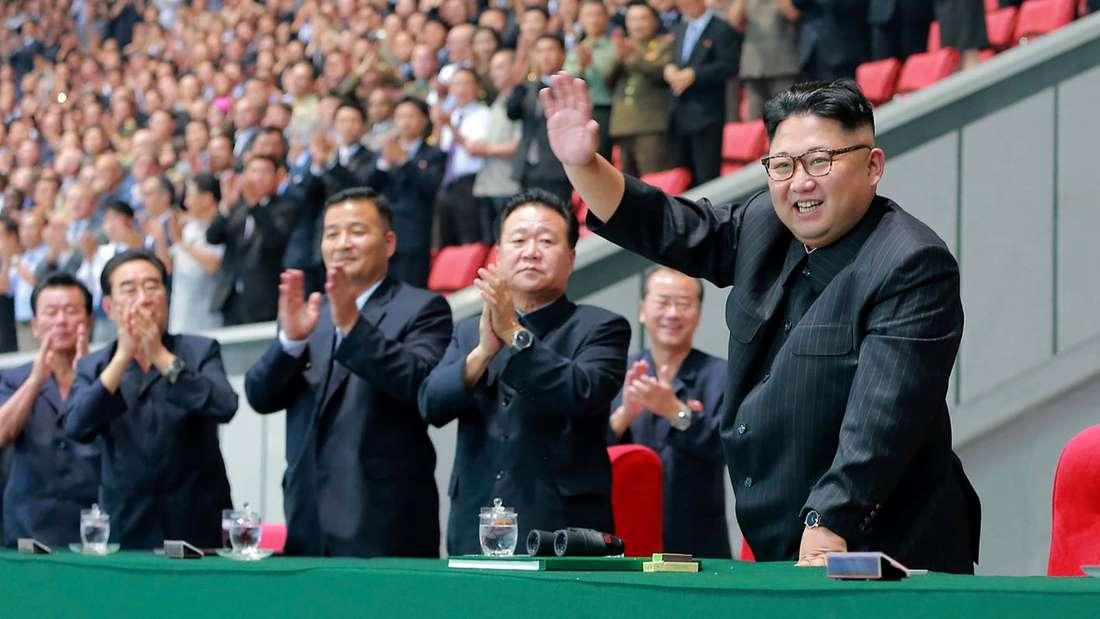 Nordkoreas Machthaber Kim Jong Un (re.).