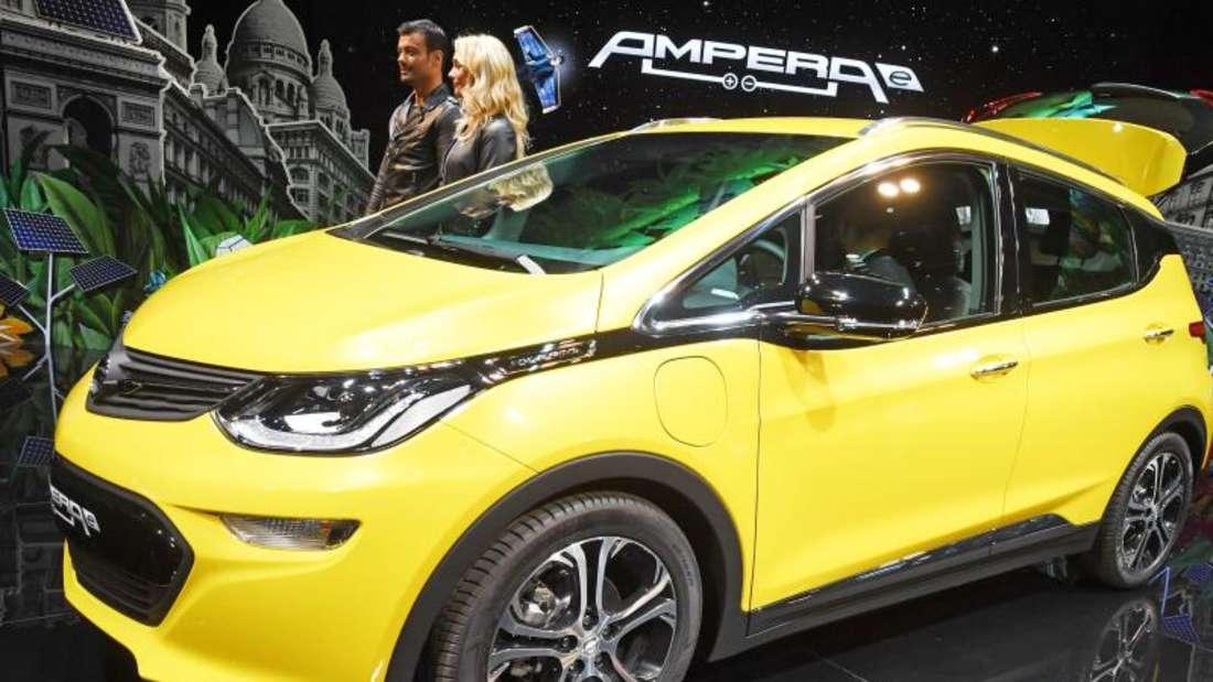 Beim Autosalon Paris wird das Elektroauto Opel «Ampera e» präsentiert. Elektro-Fahrzeuge stehen im Mittelpunkt der Schau. Foto: Uli Deck