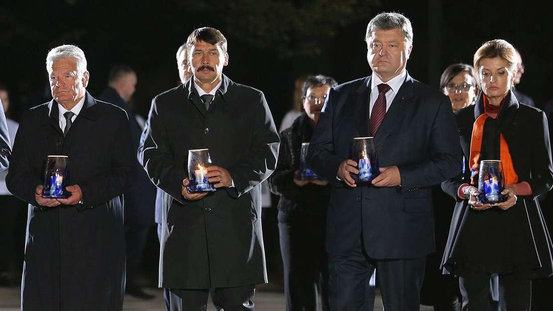 Joachim Gauck (l) nimmt in Babi Jar in Kiew mit dem ukrainischen Präsidenten Petro Poroschenko (2.v.r) an der Gedenkveranstaltung zum 75. Jahrestag des deutschen Massenmords an den Kiewer Juden im Jahre 1941 teil.
