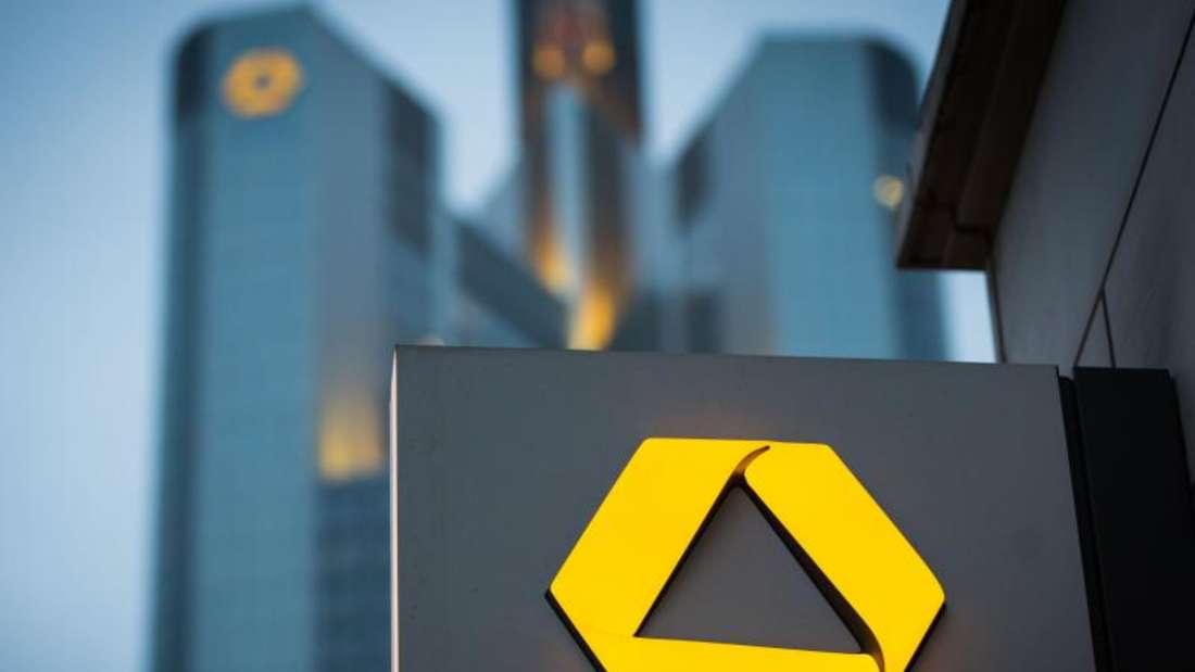 Die Commerzbank plant angesichts der schweren Branchenkrise den Wegfall von rund 7300 Vollzeitstellen. Foto: Frank Rumpenhorst