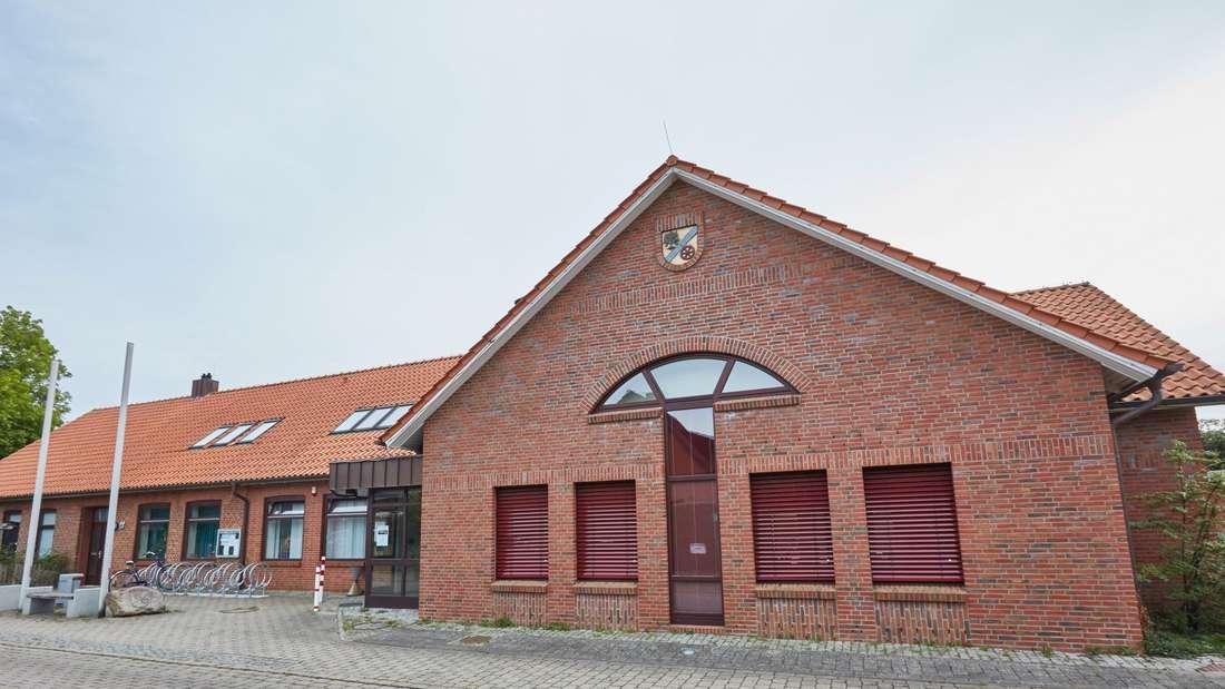 Vor dem Gemeindehaus von Oersdorf wurde der Bürgermeister niedergeschlagen.