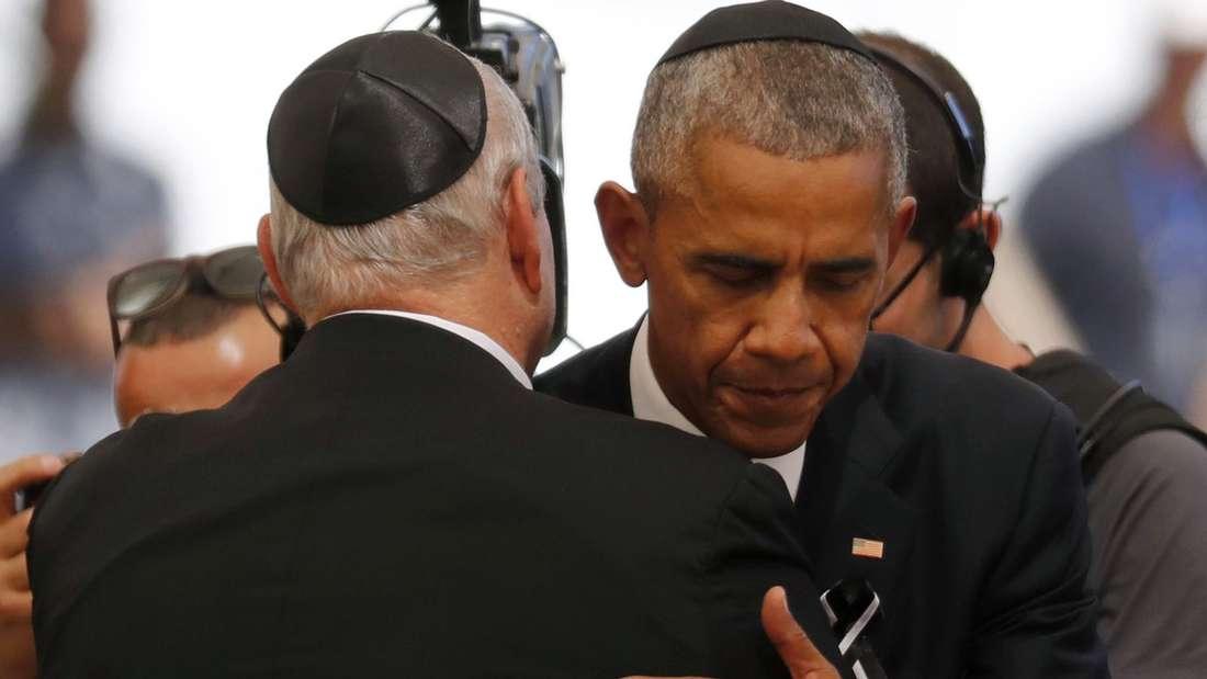 US-Präsident Barack Obama umarmt auf der Beerdigung eines der drei Kinder von Shimon Peres.