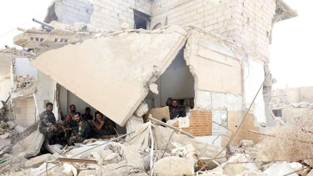 Totale Zerstörung: Syrische Soldaten in denTrümmern eines völlig verwüsteten Gebäudes.Foto: Youssef Badawi