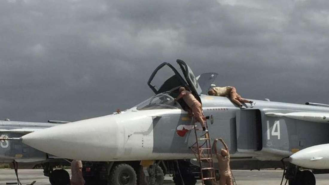 Russische Kampfjets werden auf dem Luftwaffenstützpunkt im syrischen Latakia auf den Einsatz vorbereitet. Foto: Friedemann Kohler/Archiv