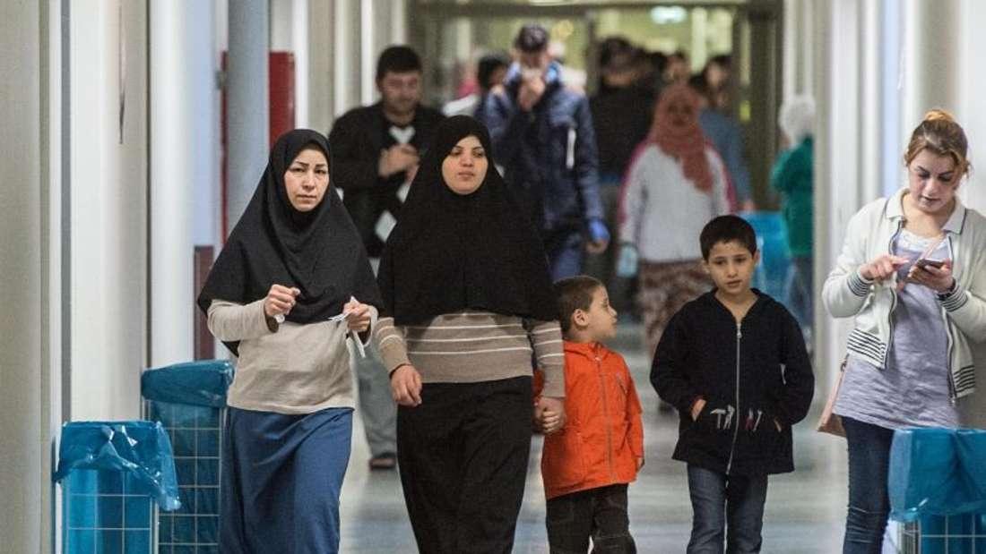Frauen und Kinder in einer Flüchtlingsunterkunft. Foto: Boris Roessler/Archiv
