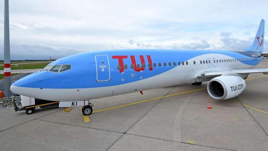 Eine Boeing 737-800 von Tuifly steht auf dem Vorfeld des Hannover Airport. Foto: Holger Hollemann/Archiv