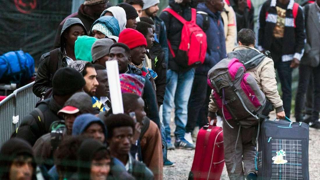 Zwischen 6000 und 8000 Flüchtlinge sollen aus dem Lager bei Calais in Aufnahmezentren im ganzen Land gebracht werden.