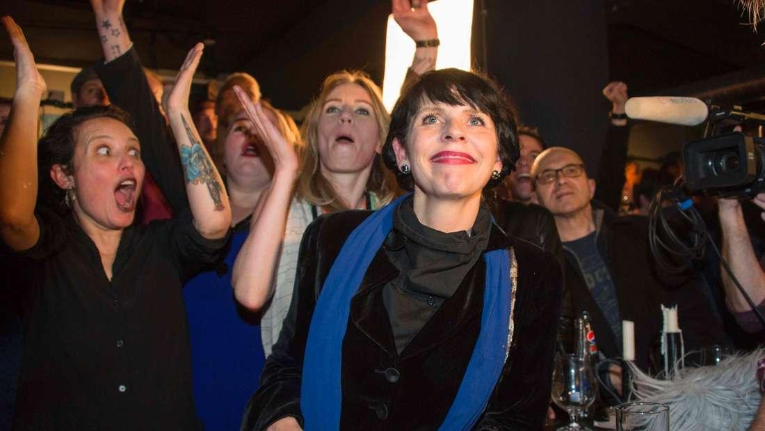 Anhänger der isländischen Piratenpartei strahlen angesichts der Wahlergebnisse.
