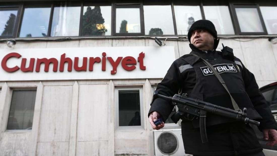 Der Chefredakteur der wichtigsten verbliebenen türkischen Oppositionszeitung «Cumhuriyet», Murat Sabuncu, ist festgenommen worden. Foto: Sedat Suna/Archiv