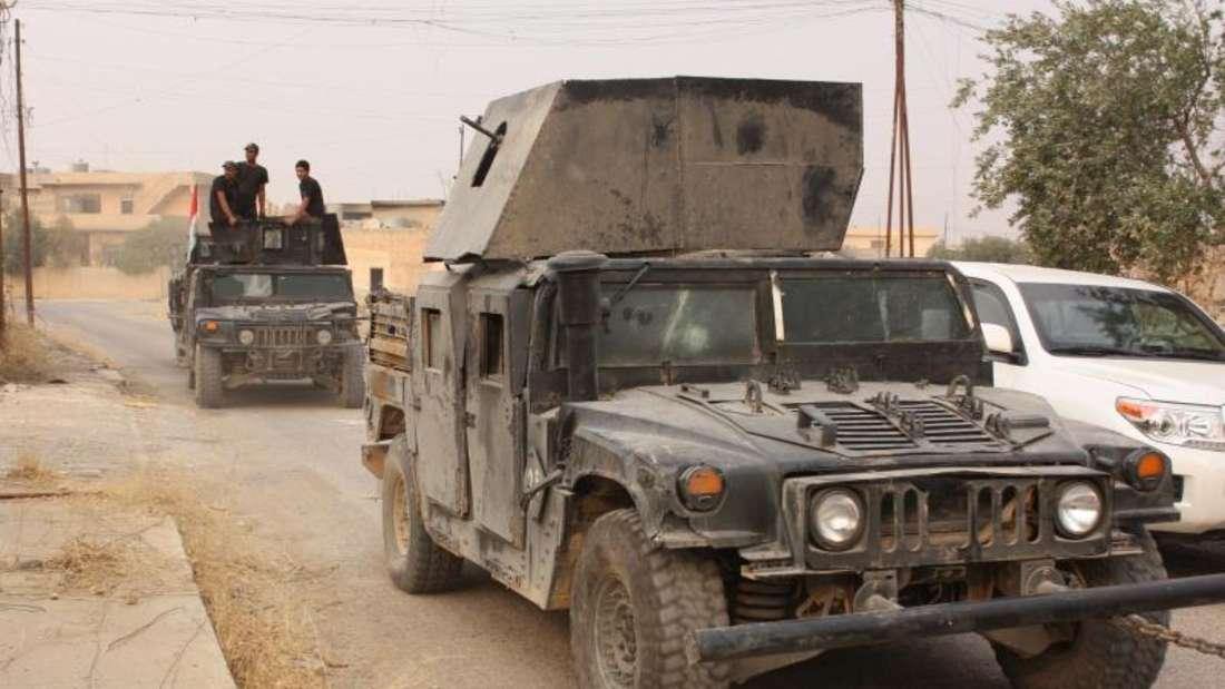 Gepanzerte Fahrzeuge der irakischen Armee im Ort Bartella: Inzwischen stehen die Soldaten am Stadtrand der IS-Hochburg Mossul. Foto: Jan Kuhlmann