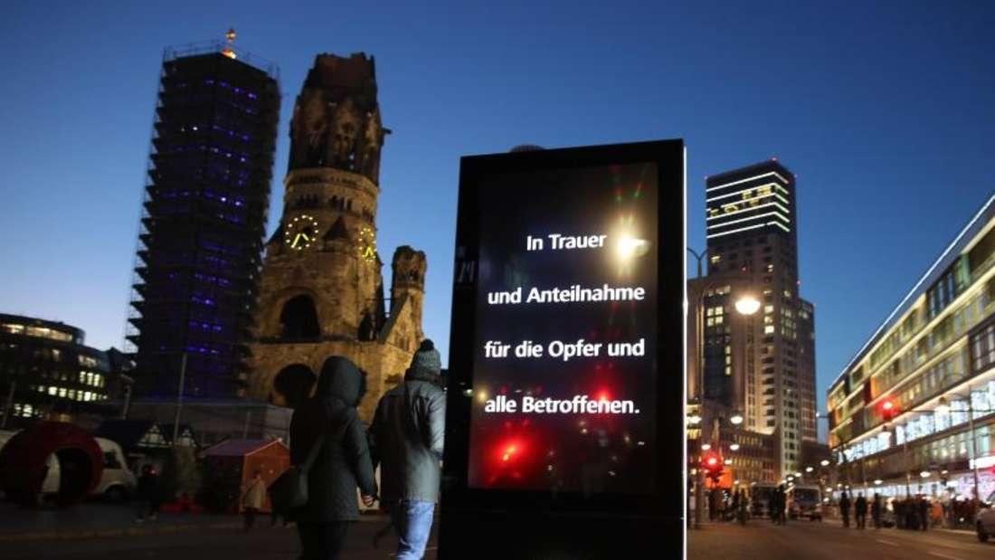 """Eine Anzeigetafel mit der Aufschrift """"In Trauer und Anteilnahme für die Opfer und alle Betroffenen."""" am Anschlagsort in der Nähe der Gedächtniskirche. Foto: Michael Kappeler"""