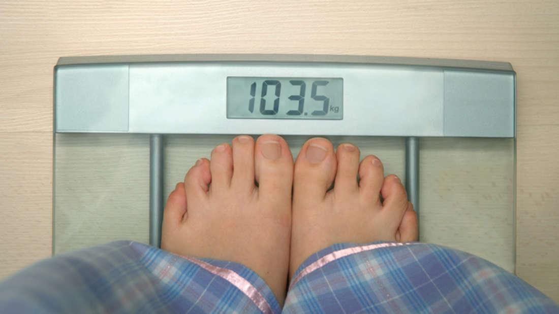 Fehler 1: Zu unterschiedlichen Tageszeiten wiegen. Das Körpergewicht schwankt im Laufe des Tages. Tipp: Direkt nach dem Aufstehen ist ein günstiger Zeitpunkt.