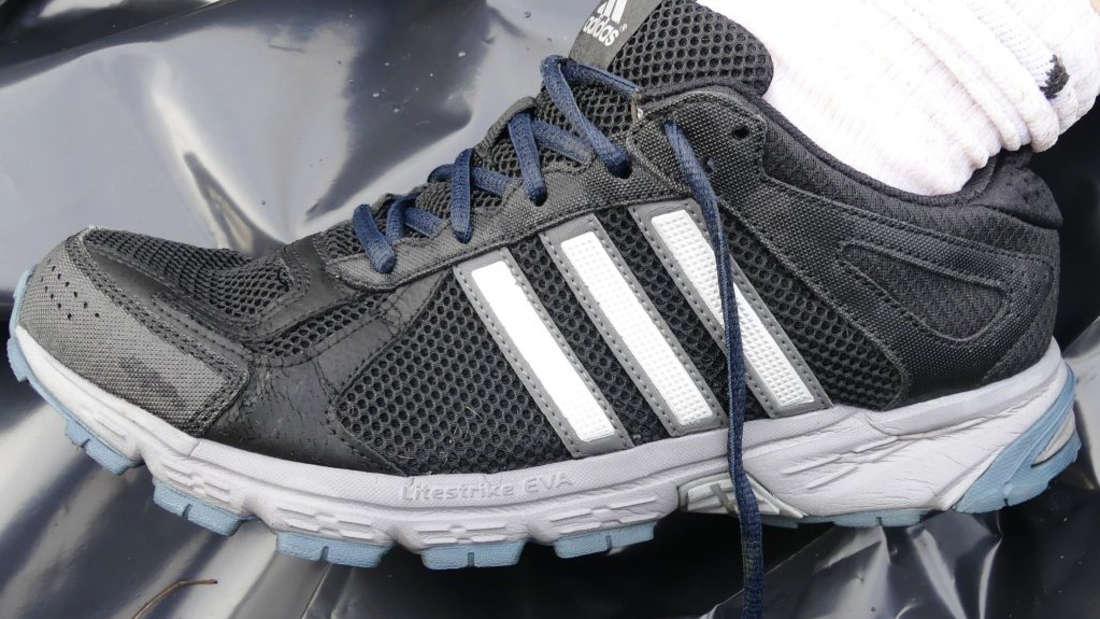 """Diese Adidas-Schuhe, Modell """"run smart""""trug der Tote."""