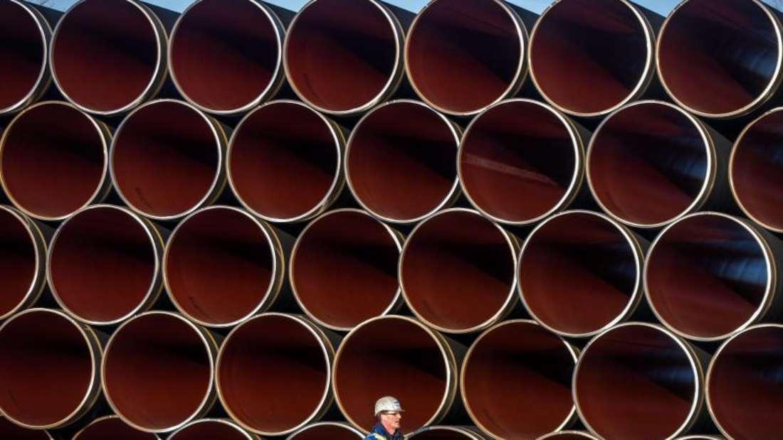 Rohre für die künftige Ostsee-Erdgastrasse Nord Stream 2 auf einem Lagerplatz im Hafen von Sassnitz-Mukran. Foto: Jens Büttner