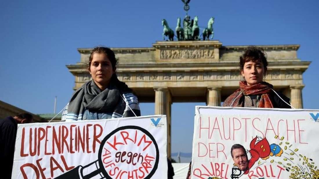 Protest gegen Schröder vor dem Brandenburger Tor:«Lupenreiner Deal Herr Schröder, Krim gegen Aufsichtsrat».Foto: Britta Pedersen