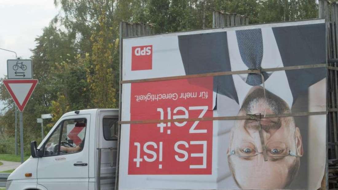 Martin Schulz wird abtransportiert: Der SPD-Vorsitzende übernimmt die Hauptverantwortung für die schwere Niederlage. Foto:Stefan Sauer