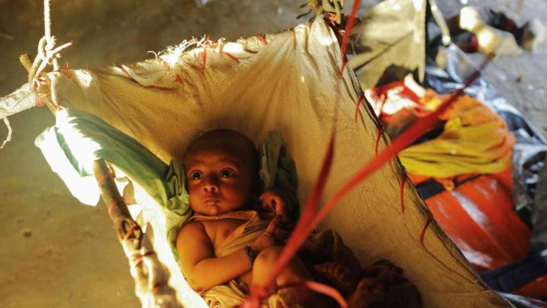 Ein Rohingya-Baby auf einem provisorischen Bett. Tausende Angehörige der muslimischen Volksgruppe der Rohingya sind nach Bangladesch geflohen. Foto: Km Asad/ZUMA Wire
