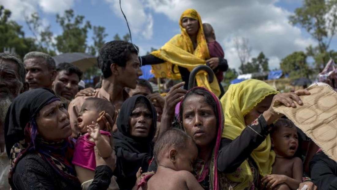 Rohingya-Flüchtlinge warten bei Cox's Bazar in Bangladesch in einem Flüchtlingslager auf eine Essensration. Foto: Km Asad/ZUMA Wire