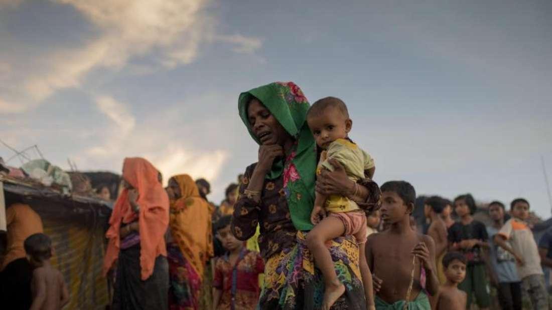Rohingya-Frauen trauern im «Thankhali»-Flüchtlingslager um einen Angehörigen. Foto: Km Asad/ZUMA Wire