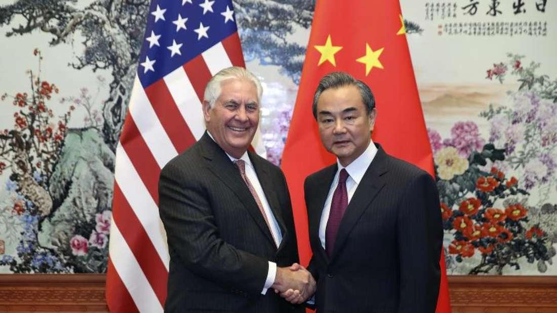 US-Außenminister RexTillerson wird von seinem chinesischen Amtskollegen Wang Yi begrüßt. Foto: Lintao Zhang