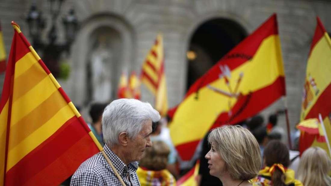Menschen mit katalanischen Flaggen demonstrieren in Barcelona im Vorfeld des geplanten Trennungsreferendums. Foto: Manu Fernandez