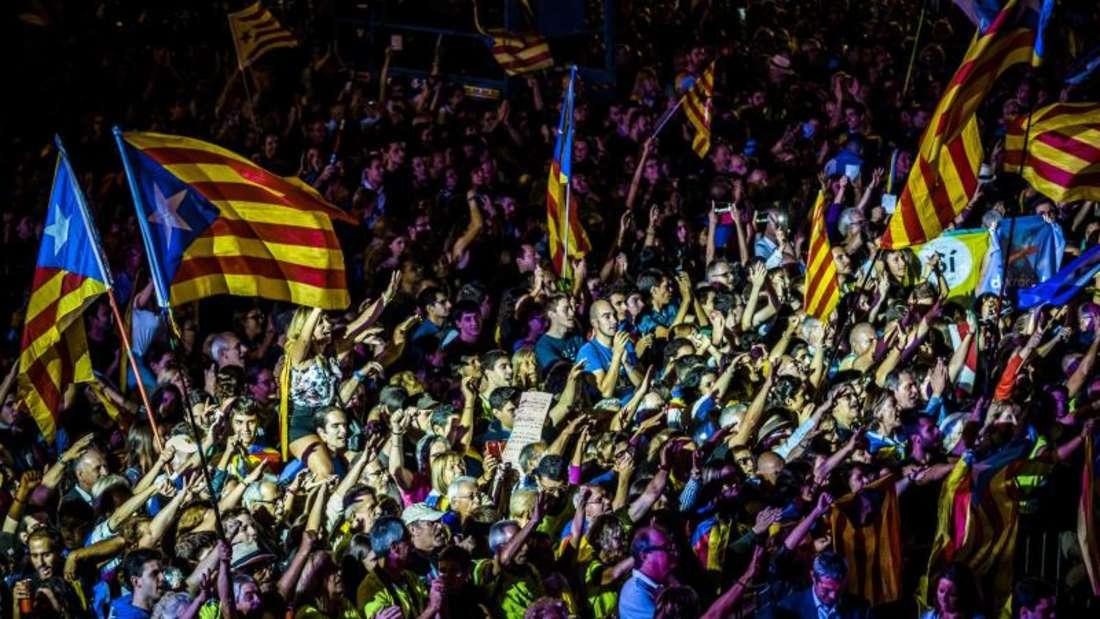 Kundgebung in Barcelona. DieRegierung in Madrid versucht, die Befragung mit allen Mitteln zu verhindern. Foto: Matthias Oesterle