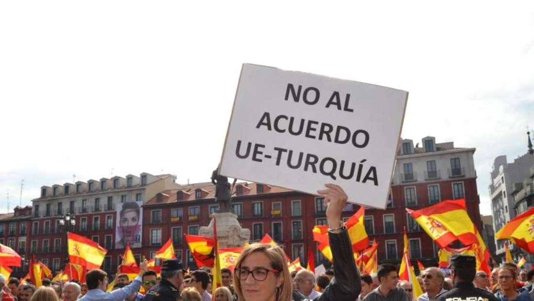 Menschen mit spanischen Flaggen demonstrieren in Valladolid gegen das geplante Trennungsreferendum in Katalonien. Foto: Europa Press/dpa