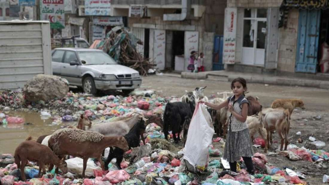 Ein Mädchen sucht im Abfall auf einer Straße in Sanaa nachverwertbarem. Im Jemen sind Millionen Menschen vomHunger bedroht. Foto: Hani Mohammed